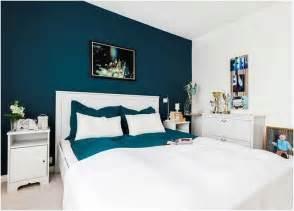 couleur peinture chambre bleu pantone literie lit blanc
