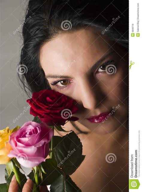 imagenes mujeres romanticas mujeres rom 225 nticas con las rosas fotos de archivo libres