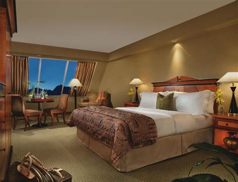 hotel suites in vegas with 3 bedrooms the luxor las vegas