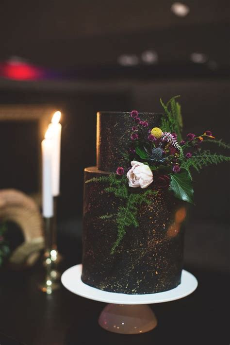 Black Wedding Cake Flowers by 31 Delicious And Dramatic Moody Wedding Cakes Weddingomania