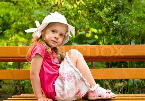 little girl sitting on bench statue kleines m 228 dchen sitzt auf der bank im park stock foto