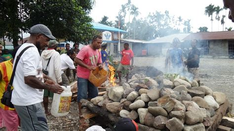 Paling Laris Bakar Batu unik bukannya bakar jagung di papua ada tradisi bakar batu ini maknanya okezone lifestyle