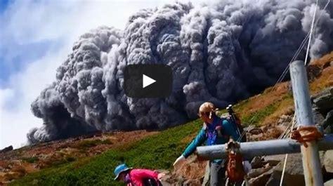 imagenes volcan japon turistas huyen de la erupci 243 n de un volc 225 n en jap 243 n video