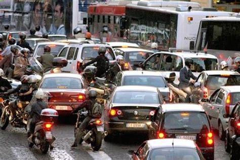 traffico in tilt in via roma e corso re ruggero