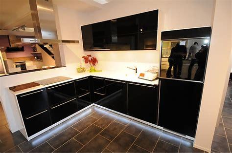 küchenschrank beleuchtung led k 252 che arbeitsplatte k 252 che schwarz hochglanz