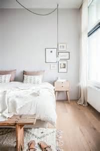 Beau Chambre Sous Combles Couleurs #7: Parquet-teck-bois-clair-idee-revetement-de-sol-chambre-a-coucher-1.jpg