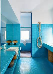 une salle de bain bleue recouverte de mosa 239 ques