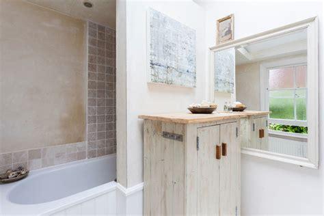 Ordinaire Petite Salle De Bain Design #2: petite-salle-de-bain-interieur-charme.jpg