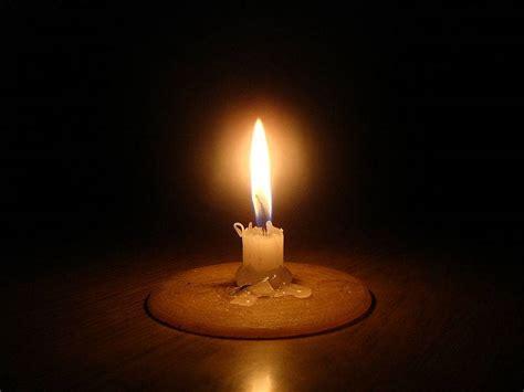 imagenes de velas rojas encendidas cortes de luz en distintos puntos del partido a causa del