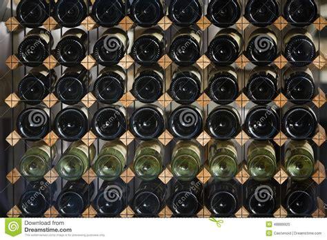 scaffali per bottiglie di scaffali con le bottiglie di fotografia stock