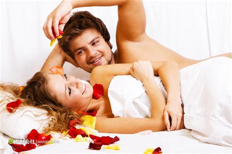 romantic sexuality in bedroom 躺在床上撒花瓣的情侣图片素材 素材公社 tooopen com