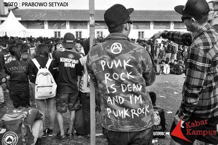 Kaos Distro Sarjana sablon baju juga melanggengkan musik underground