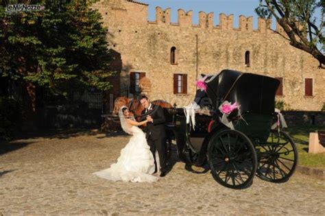 carrozza per matrimonio gli sposi con la carrozza addobbata per il matrimonio