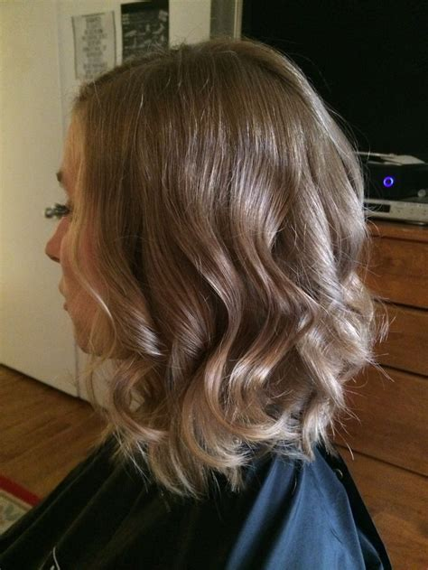 curling wand on medium layered hair one length haircut with triangle layers curled with a 1
