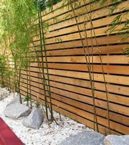 garten zaun holz latten bambus pflanzen steine deko