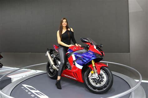 evlilik teklifi yapilan motosiklet fuari  icin  bin