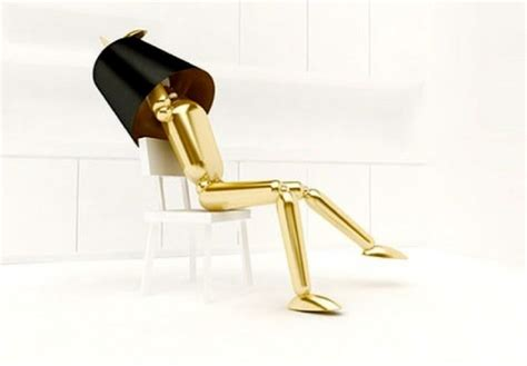 su una sedia lada appoggiata su una sedia