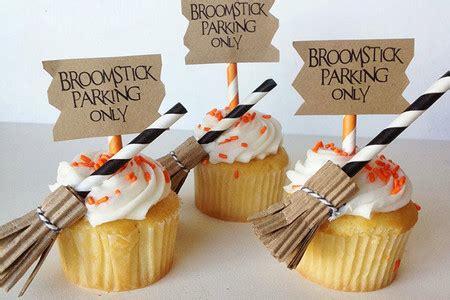 decorar escobas para halloween escobas de bruja para decorar cupcakes en halloween