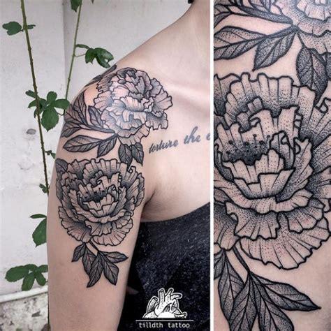 tattoo mandala no quadril pontilhismo e linhas fortes na pele por tilldth tattoo