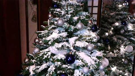 immagini di sull albero albero di natale con neve di polistirolo