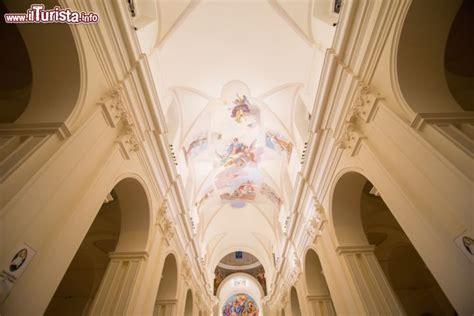 soffitti affrescati gli alti soffitti affrescati della cattedrale foto noto