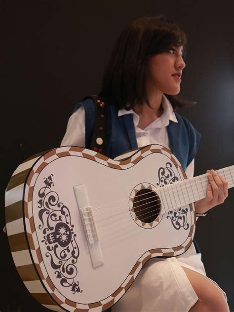 ini dia gitar indonesia yang terinspirasi film coco gitar pahat karya seniman indonesia dibawa ke dunia pixar