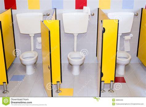 bagni per bambini piccoli bagni di una scuola per i bambini fotografia stock