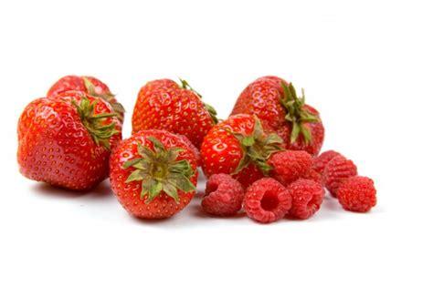 brocheta de fresas y frambuesas limpieza de fresas y frambuesas de tapyfun es