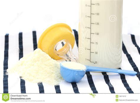 alimentazione lattante latte in polvere bambino lattante con la bottiglia
