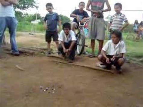 imagenes de niños jugando al trompo jugando a las canicas youtube