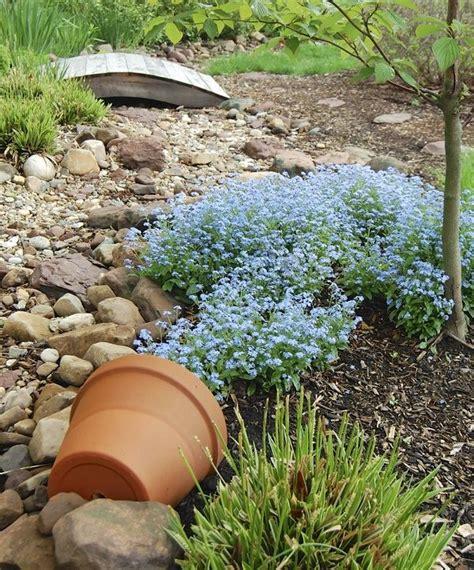 decorare gradina ghiveci rasturnat cu flori curgatoare o idee