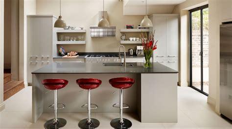 modele de cuisine ilot central en blanc et noir avec