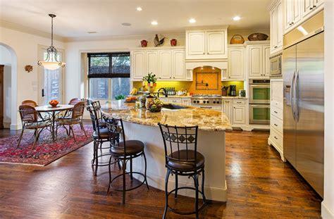 sherwin williams casa blanca классический двухэтажный дом демонстрирует уютный и теплый интерьер с дорогими деталями