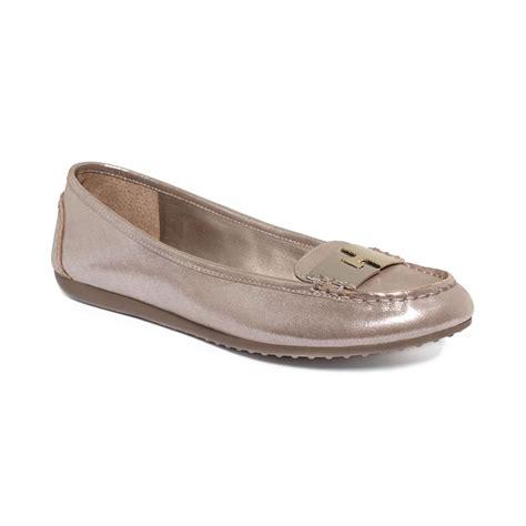 tahari flat shoes tahari womens marcie driver flats in gray taupe shimmer