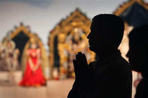 hindu prayer hindus pray for victims of attacks in mumbai india 4 of 4