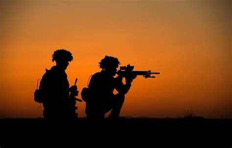 soldiers of file soldiers of 2 royal anglian silhouetted in
