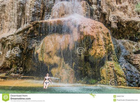 donna si bagna una donna bagna la cascata giordano delle sorgenti di