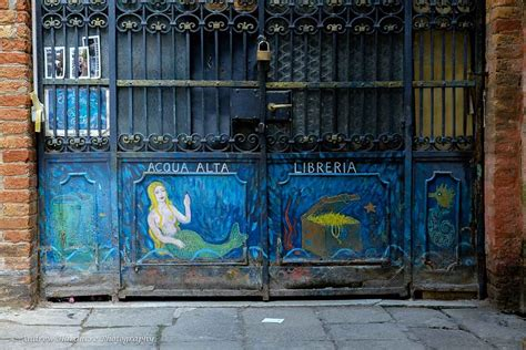 libreria dell acqua alta venezia la libreria acqua alta a venezia un insolito mondo di
