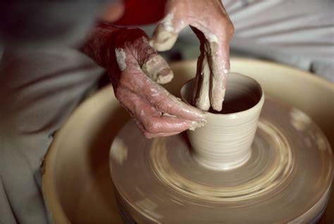 membuat kerajinan clay 9 hobi kekinian pelepas stress ala millennials yang sedang