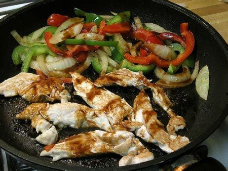 come cucinare i petti di pollo giallo zafferano come preparare il petto di pollo straccetti di pollo ai
