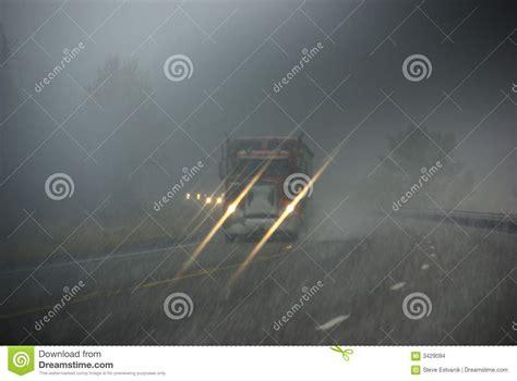 imagenes que se mueven de carros carros que se mueven a trav 233 s de la niebla imagenes de