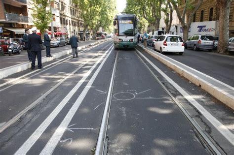 foto viale trastevere tram investe donna 1 di 7 roma
