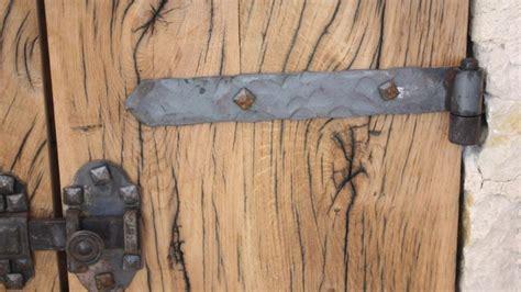 un gond de porte refaire le scellement d une porte ou d un volet