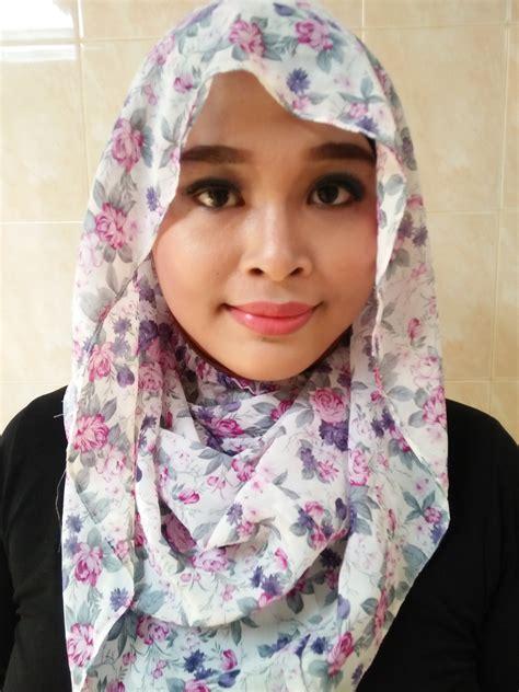 Kerudung Jilbab Instan Serut Amanda Motif kerudung instan motif bunga dasar putih scarf