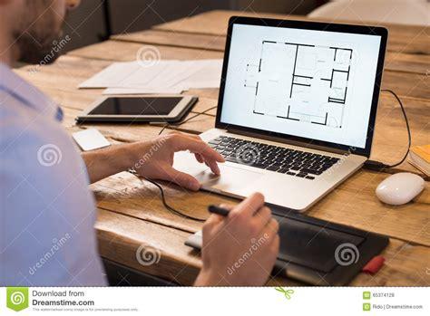 arbeiten zuhause seriös innenarchitekt bei der arbeit stockfoto bild