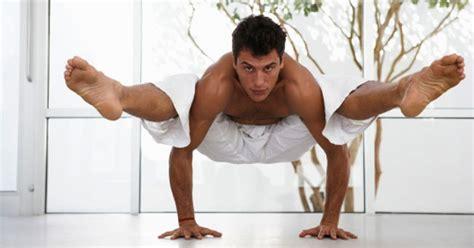 imagenes haciendo yoga beneficios del yoga para hombres enforma180