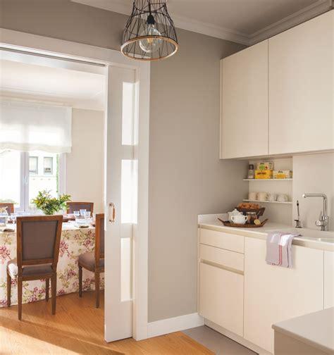 cocina  muebles blancos paredes grises  puerta corredera  cuarterones de cristal