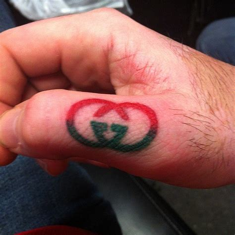 gucci logo tattoo on face τατουάζ με θέμα μέσα στη μόδα thats life life as it is