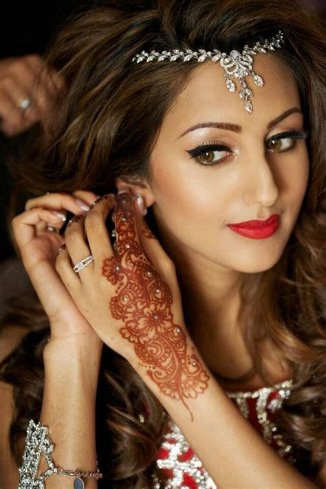 indian bridal hairstyles and makeup indian bride wearing bridal lehenga and jewelry