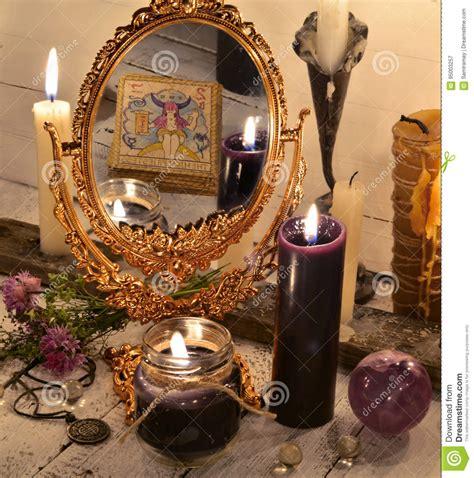 candele nere chiuda su con lo specchio magico e le candele nere